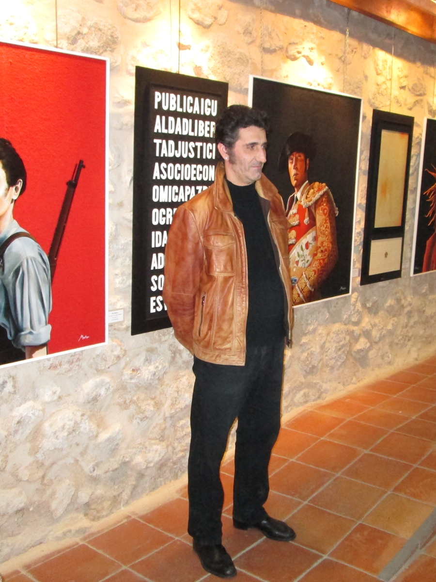 Photography of the painter Meko in the exhibition Spain on Burlap (Toledo. Spain)